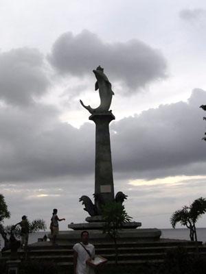 ロヴィナビーチのイルカ像