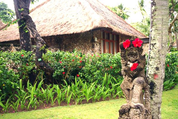 09 お花で飾られた石像